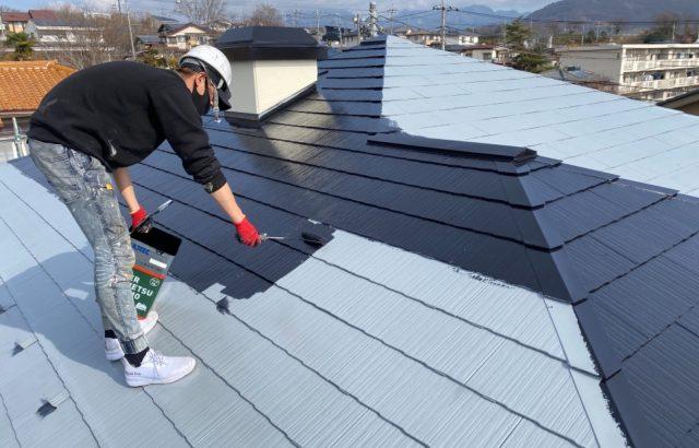 甲斐市A様邸、外壁・屋根塗装 屋根塗装中塗り