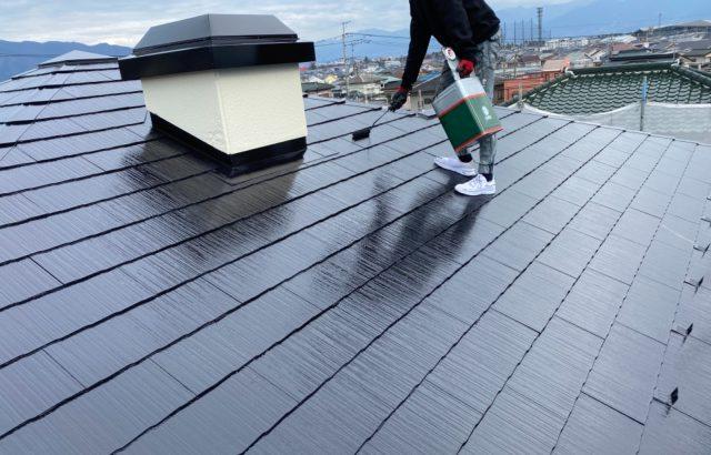 甲斐市A様邸、外壁・屋根塗装 屋根塗装上塗り