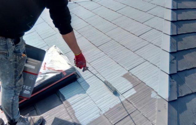 甲斐市A様邸、外壁・屋根塗装 屋根塗装下塗り1回目