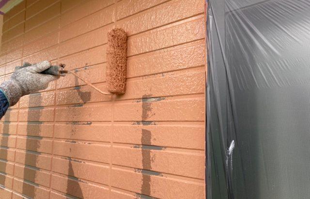 富士河口湖町M様邸、外壁塗装屋根カバー工事 外壁塗装上塗り