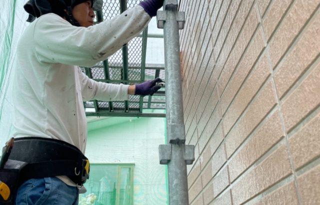 富士河口湖町M様邸、外壁塗装屋根カバー工事外壁塗装中塗り