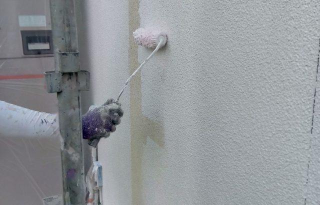 富士河口湖町M様邸、外壁塗装屋根カバー工事 外壁塗装下塗り