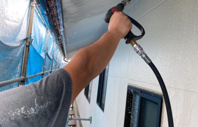 南アルプス市A様邸、外壁塗装工事 洗浄作業